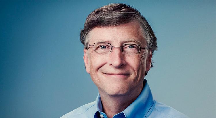 Bill Gates sorrindo em um fundo azul