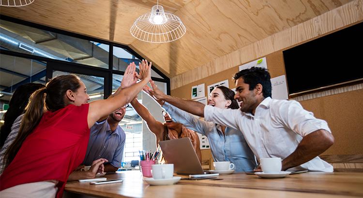 equipe de trabalho com as mãos unidas em uma reunião produtiva
